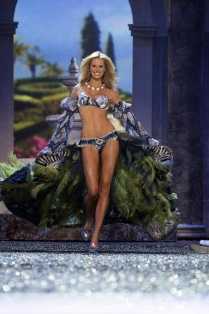 karolina kurkova belly button. image from starpulse.com